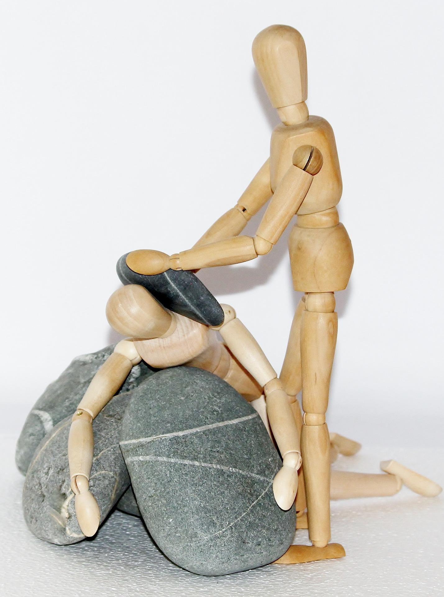 häusliche Gewalt dargestellt durch Figuren